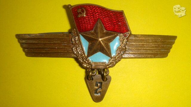 Karininko (virš tarnybinio) ženklas.
