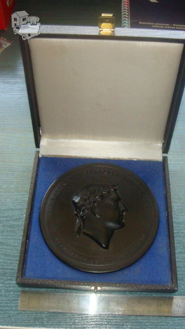 Medalis pagamintas iš anglies.