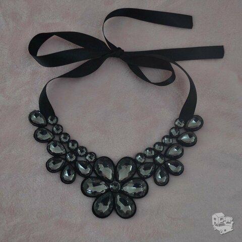 Prabangus juodų gėlių kaklo papuošalas
