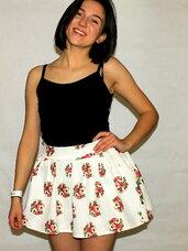 Pūsti, balti, gėlėti sijonai merginoms