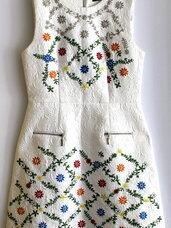 Balta puošni suknelė su margom gėlėm